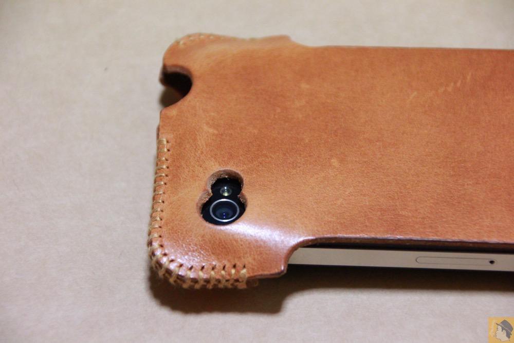 カメラ穴 - abicase(アビケース)の飴色、エイジングしたような革の銀面が特徴的 / iPhone 4S [レビュー 7/40]