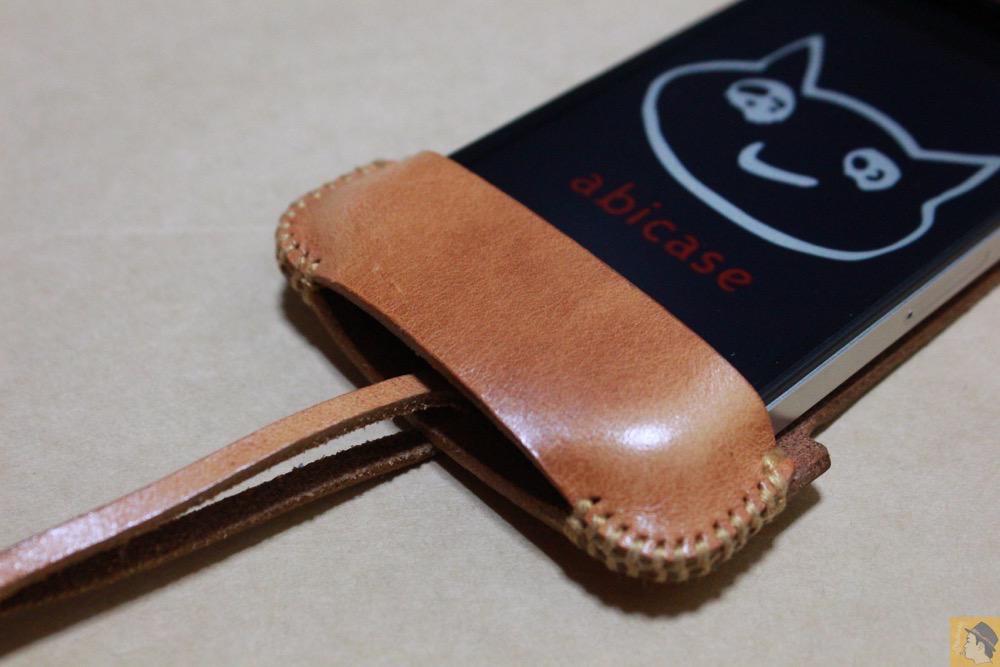 フラップ下部 - abicase(アビケース)の飴色、エイジングしたような革の銀面が特徴的 / iPhone 4S [レビュー 7/40]