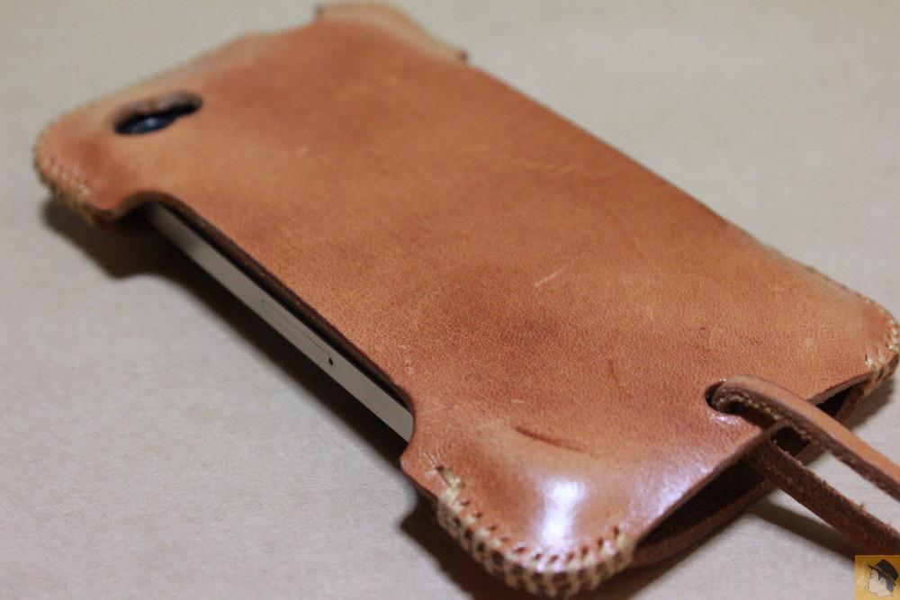 背面 - abicase(アビケース)の飴色、エイジングしたような革の銀面が特徴的 / iPhone 4S [レビュー 7/40]