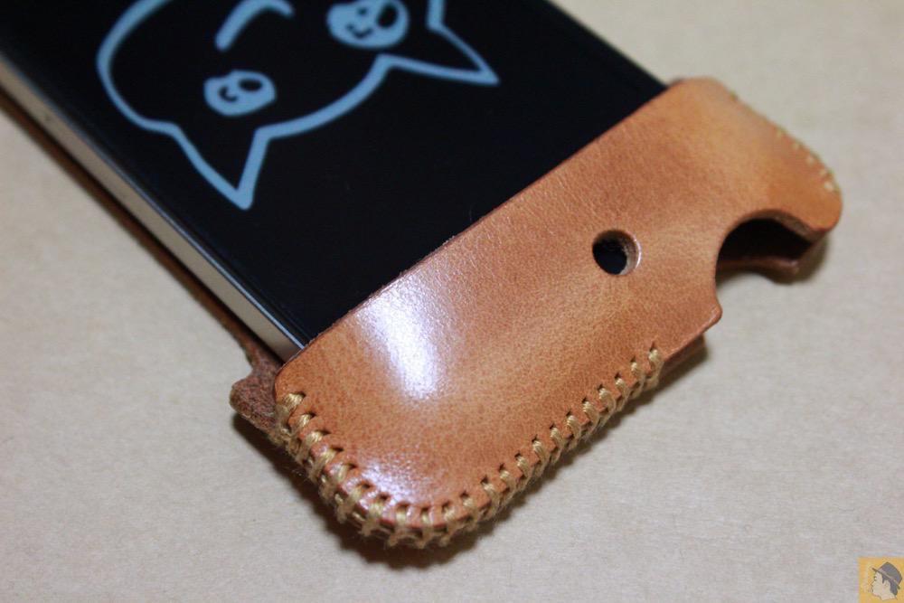 フラップ上部 - abicase(アビケース)の飴色、エイジングしたような革の銀面が特徴的 / iPhone 4S [レビュー 7/40]