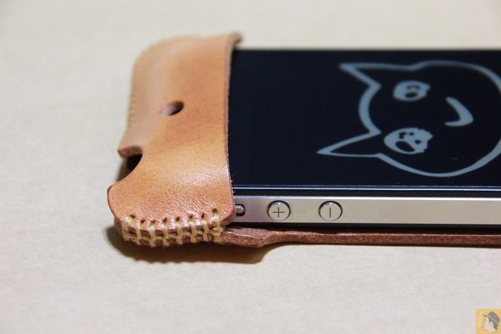 音量調整ボタン - abicase(アビケース)の飴色、エイジングしたような革の銀面が特徴的 / iPhone 4S [レビュー 7/40]