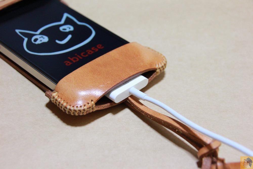充電ケーブルを挿した - abicase(アビケース)の飴色、エイジングしたような革の銀面が特徴的 / iPhone 4S [レビュー 7/40]