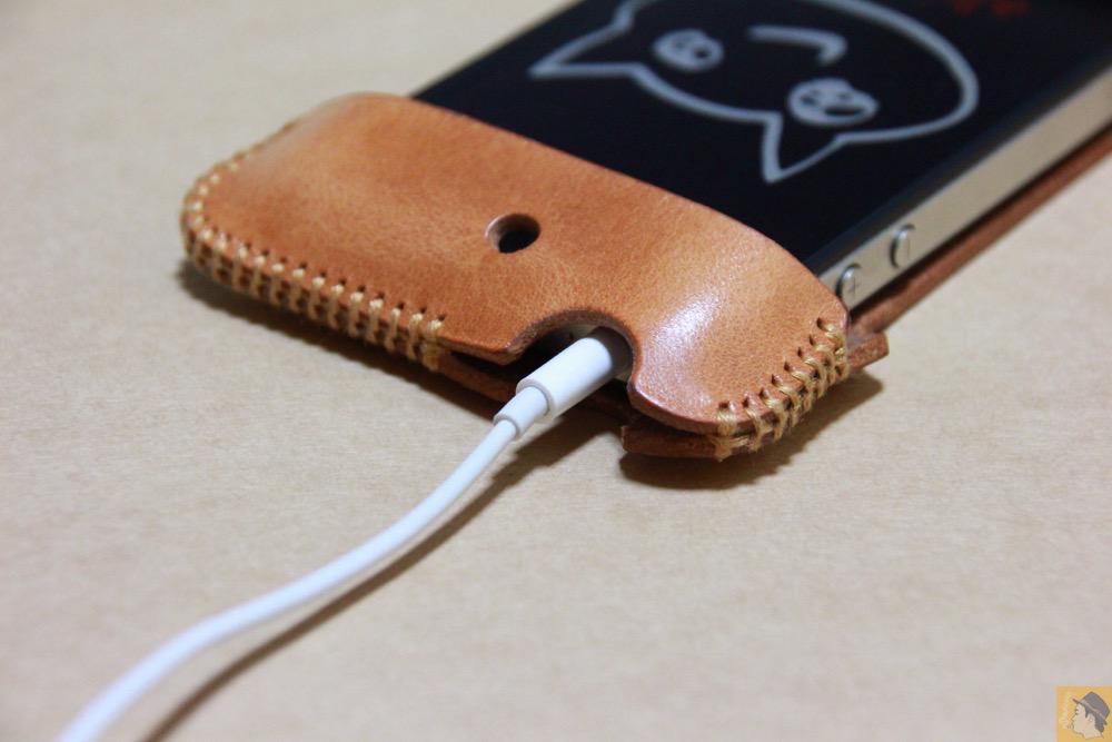 イヤフォンを挿した - abicase(アビケース)の飴色、エイジングしたような革の銀面が特徴的 / iPhone 4S [レビュー 7/40]