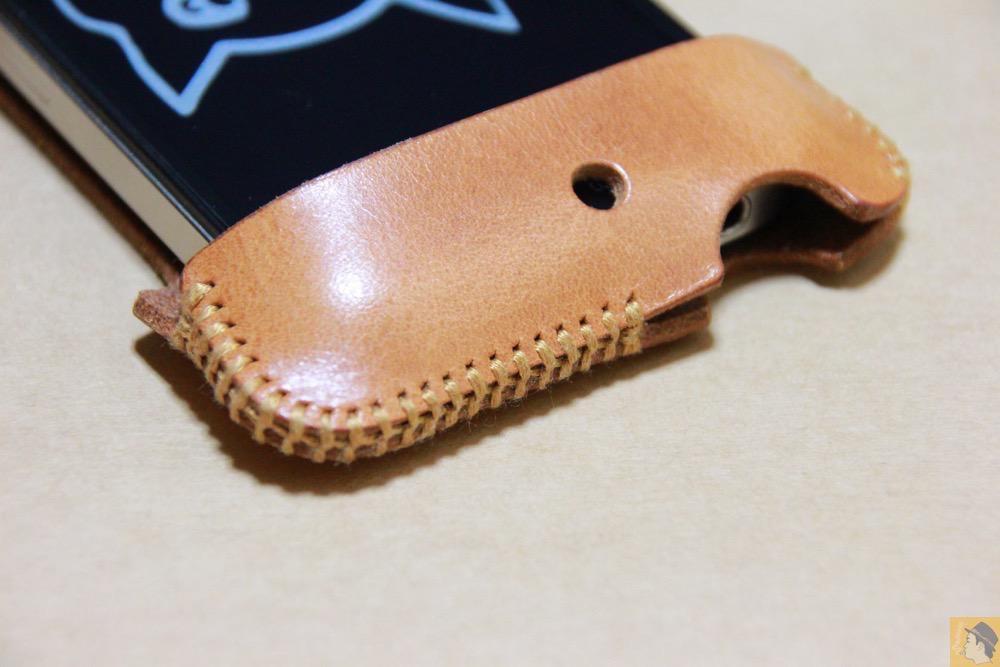 電源ボタン・ロックボタン - abicase(アビケース)の飴色、エイジングしたような革の銀面が特徴的 / iPhone 4S [レビュー 7/40]