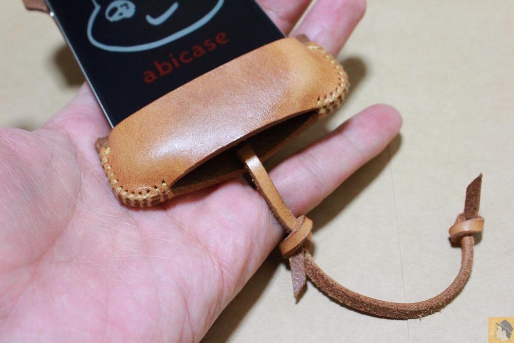 ストラップ - abicase(アビケース)の飴色、エイジングしたような革の銀面が特徴的 / iPhone 4S [レビュー 7/40]