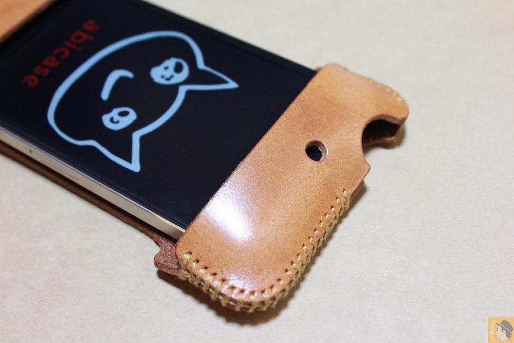 iPhoneへの装着の仕方 - abicase(アビケース)の飴色、エイジングしたような革の銀面が特徴的 / iPhone 4S [レビュー 7/40]