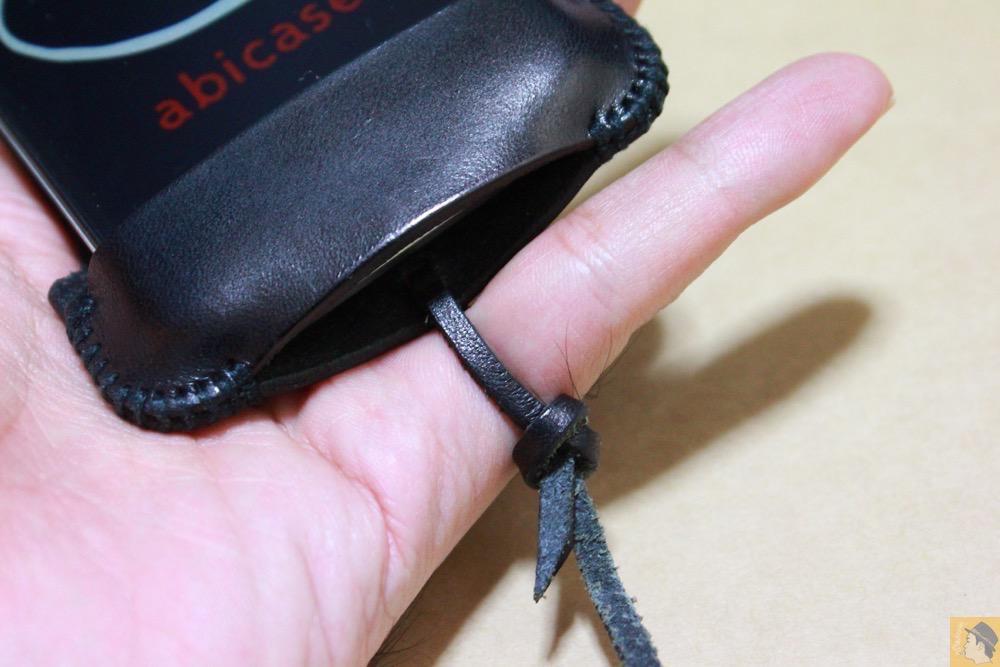 ストラップをしめたところをズーム - ストラップが付いたabicase(アビケース)、指に付けることでiPhoneの落下防止 / iPhone 4S [レビュー 6/40]
