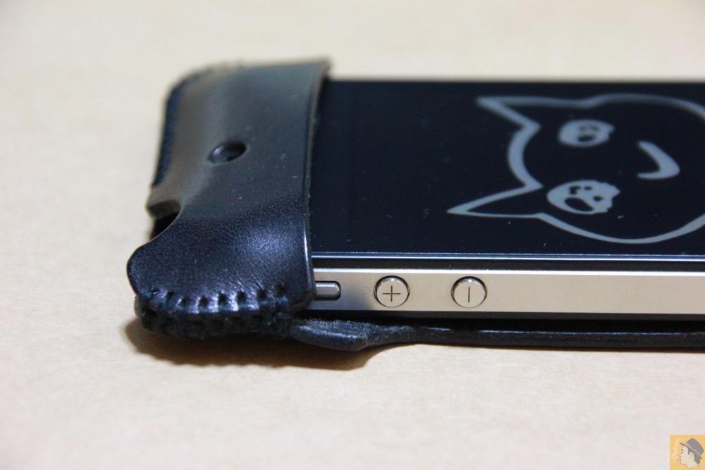 音量調整ボタン - ストラップが付いたabicase(アビケース)、指に付けることでiPhoneの落下防止 / iPhone 4S [レビュー 6/40]