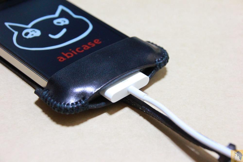 充電ケーブルを挿す箇所 - ストラップが付いたabicase(アビケース)、指に付けることでiPhoneの落下防止 / iPhone 4S [レビュー 6/40]