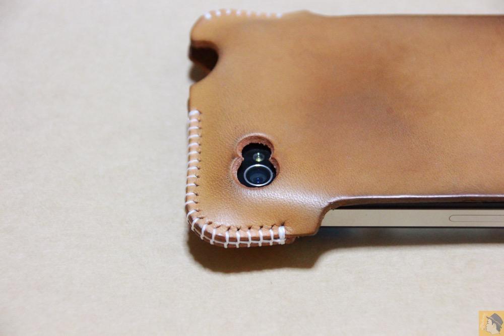 カメラ穴 - アイキャッチ - 栃木レザーを使ったabicase(アビケース)、何度もメンテナンスし、使い込んだオリジナルのエイジング / iPhone 4S [レビュー 5/40]