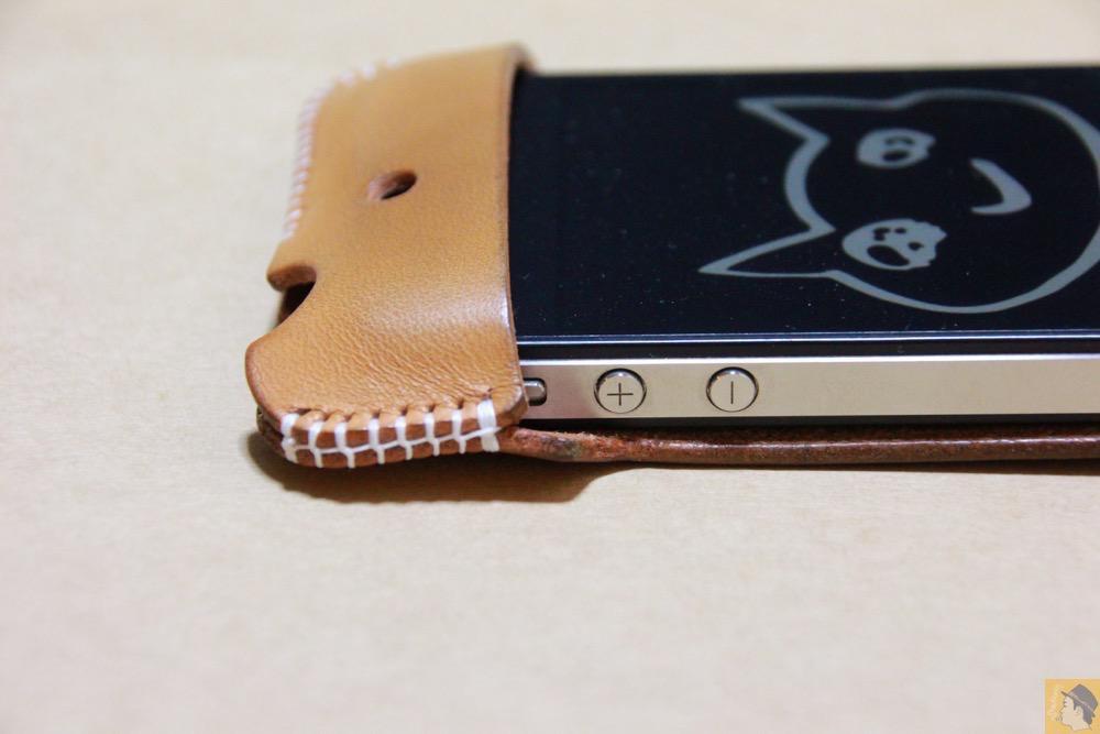 音量調整ボタン - アイキャッチ - 栃木レザーを使ったabicase(アビケース)、何度もメンテナンスし、使い込んだオリジナルのエイジング / iPhone 4S [レビュー 5/40]