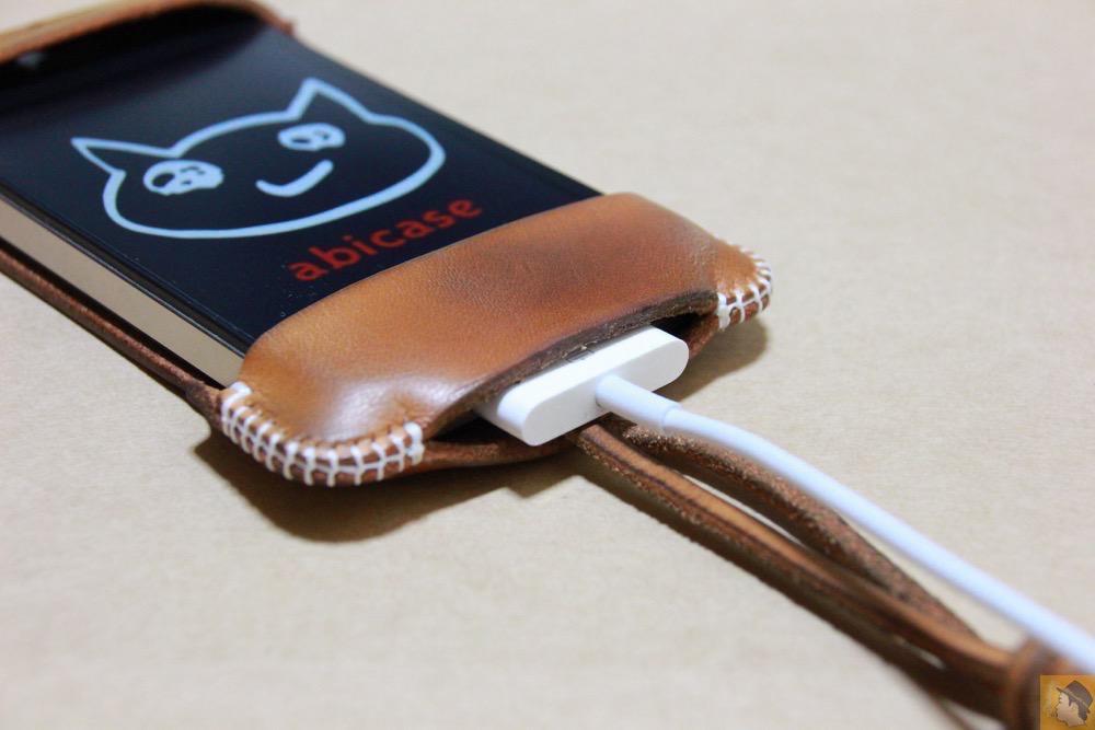 実際に充電ケーブルを挿した - アイキャッチ - 栃木レザーを使ったabicase(アビケース)、何度もメンテナンスし、使い込んだオリジナルのエイジング / iPhone 4S [レビュー 5/40]