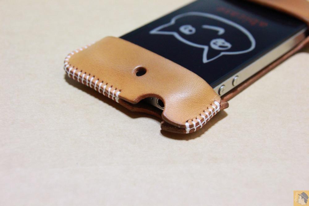 イヤフォンジャックを挿すところ - アイキャッチ - 栃木レザーを使ったabicase(アビケース)、何度もメンテナンスし、使い込んだオリジナルのエイジング / iPhone 4S [レビュー 5/40]