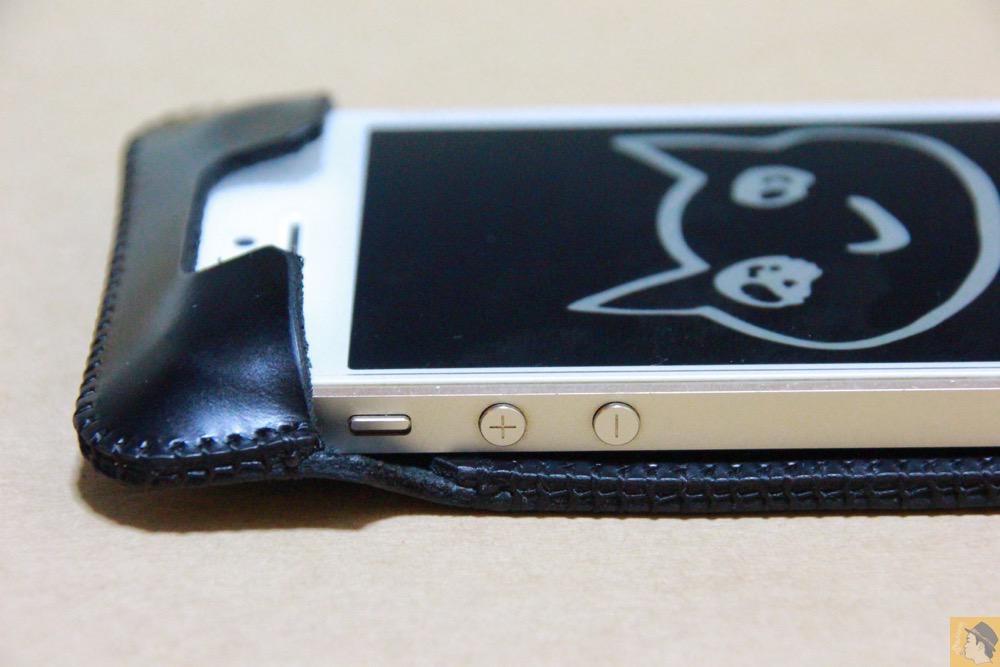 音量調整ボタン - スムースレザーのabicase(アビケース)、経年変化で増す銀面の輝き / iPhone 5/5s [レビュー 14/40]