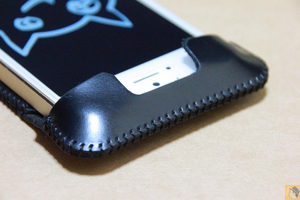 電源ボタン・ロックボタン - スムースレザーのabicase(アビケース)、経年変化で増す銀面の輝き / iPhone 5/5s [レビュー 14/40]