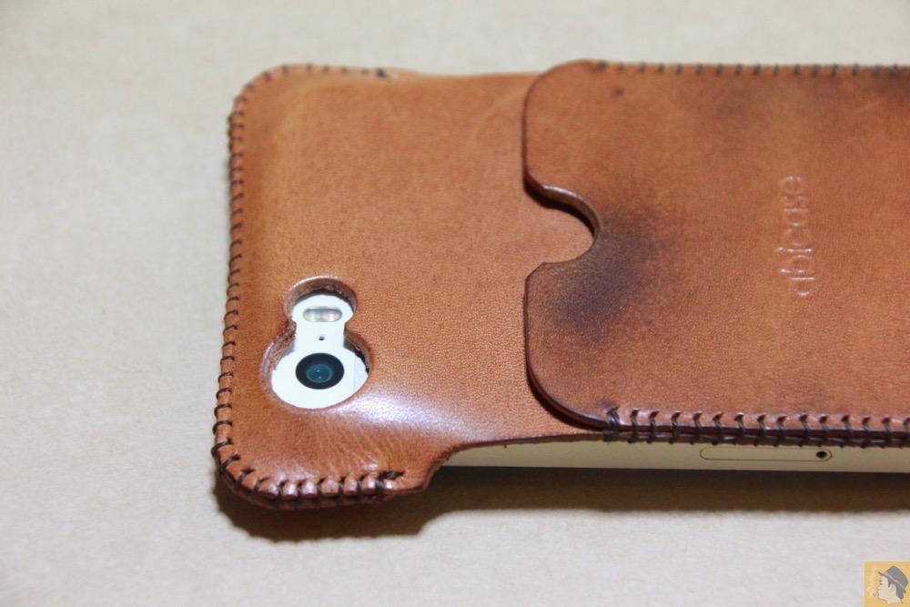 カメラ穴 - 現在は製造していない珍しいabicase(アビケース)のウォレットジャケット / iPhone 5/5s [レビュー 10/40]