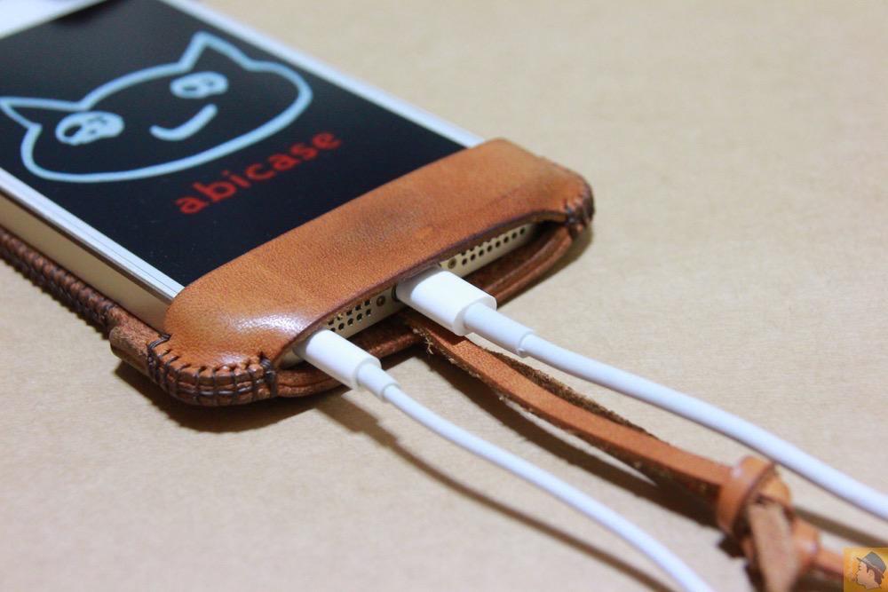 充電ケーブル・イヤフォン - 現在は製造していない珍しいabicase(アビケース)のウォレットジャケット / iPhone 5/5s [レビュー 10/40]