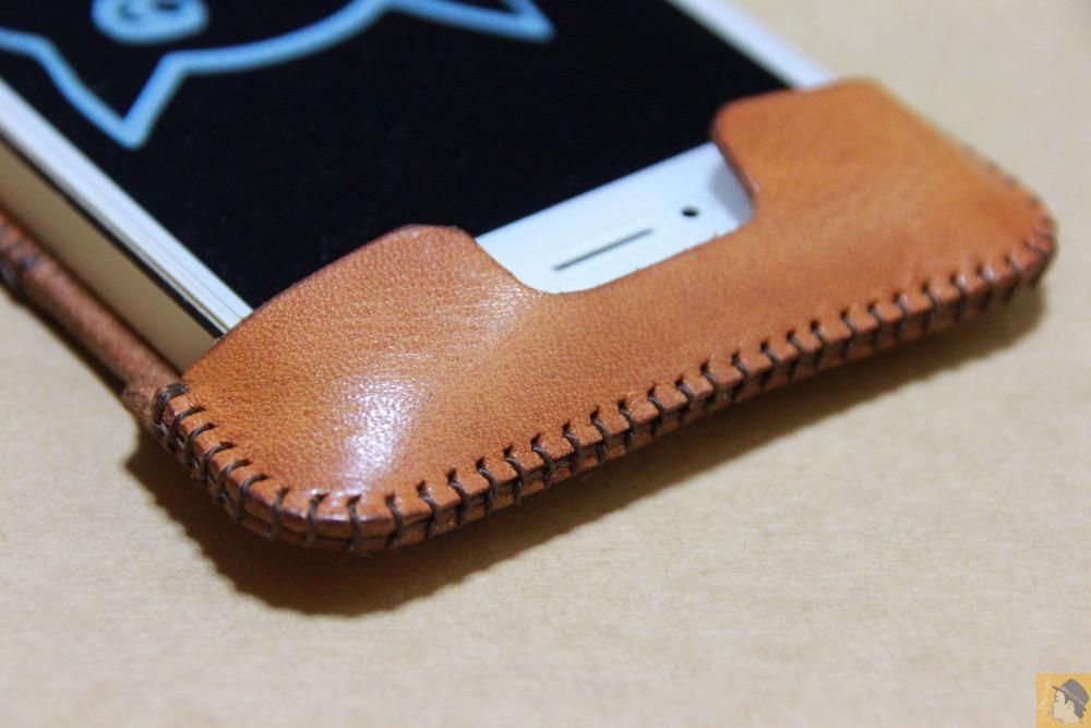 電源ボタン・ロックボタン - 現在は製造していない珍しいabicase(アビケース)のウォレットジャケット / iPhone 5/5s [レビュー 10/40]