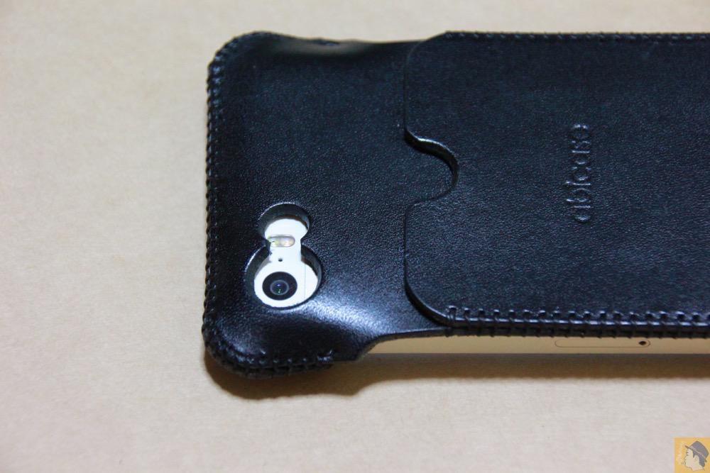 カメラ穴 - 厚さ2ミリの栃木レザーが背面に2枚ついたabicase(アビケース)、ホールド感抜群 / iPhone 5/5s [レビュー 15/40]