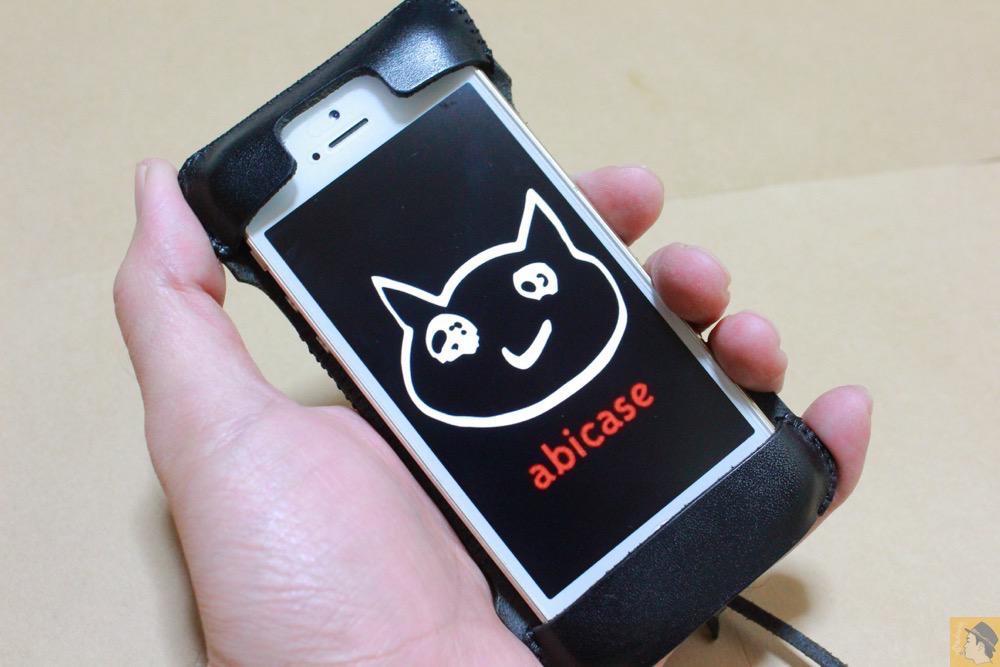 ホールド感 - 厚さ2ミリの栃木レザーが背面に2枚ついたabicase(アビケース)、ホールド感抜群 / iPhone 5/5s [レビュー 15/40]