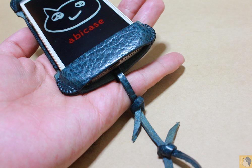 ストラップ - abicase(アビケース)の工夫、1本の棒状の革がボタンを劇的に押しやすくする / iPhone 5/5s [レビュー 12/40]