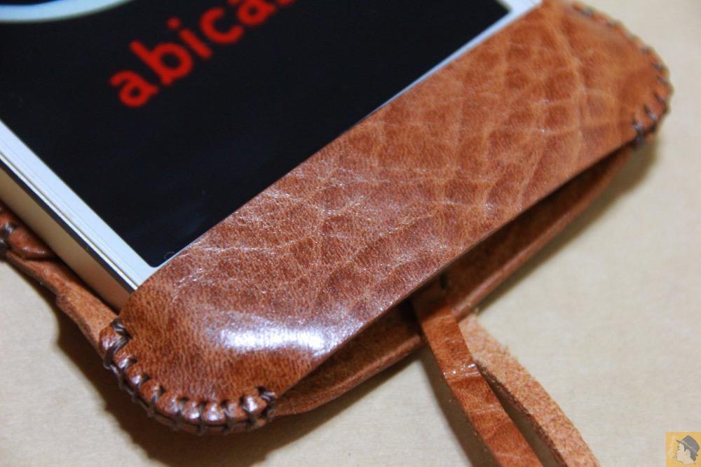 オイルバケッタレザー2 - 革の表面が個性的なabicase(アビケース)のオイルバケッタレザー / iPhone 5/5s [レビュー 10/40]