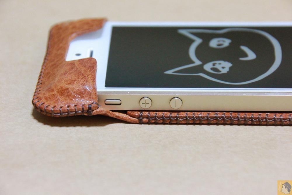 音量調整ボタン - 革の表面が個性的なabicase(アビケース)のオイルバケッタレザー / iPhone 5/5s [レビュー 11/40]
