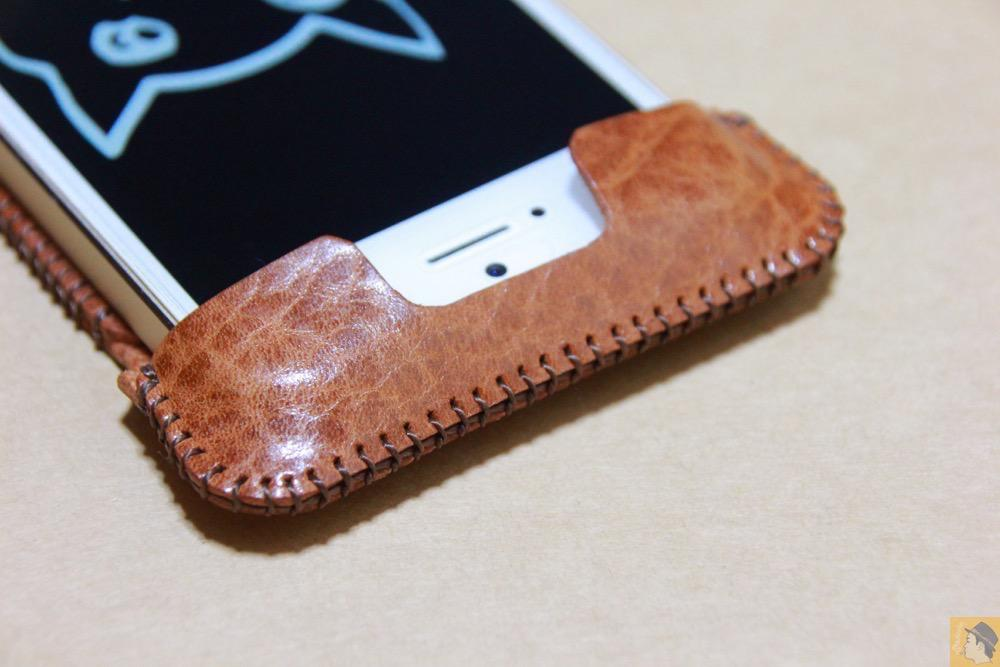電源ボタン・ロックボタン - 革の表面が個性的なabicase(アビケース)のオイルバケッタレザー / iPhone 5/5s [レビュー 11/40]