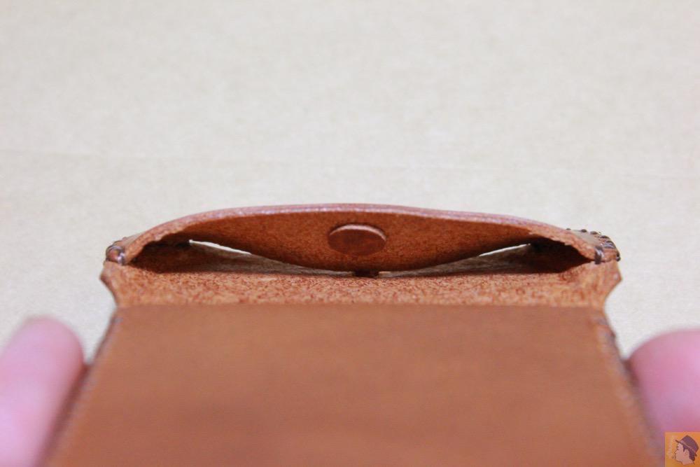 ホームボタンを押しやすくする工夫 - 革の表面が個性的なabicase(アビケース)のオイルバケッタレザー / iPhone 5/5s [レビュー 10/40]