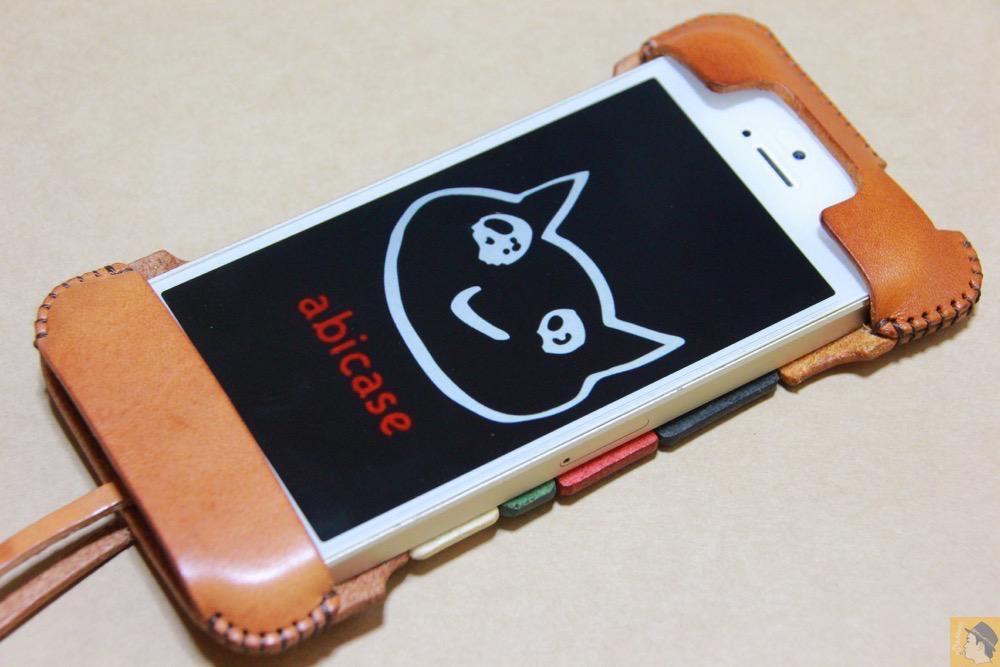 ぴったりiPhoneに装着出来る - トリコロール柄のabicase(アビケース)、計算された革幅の縫い継ぎ / iPhone 5/5s [レビュー 17/40]