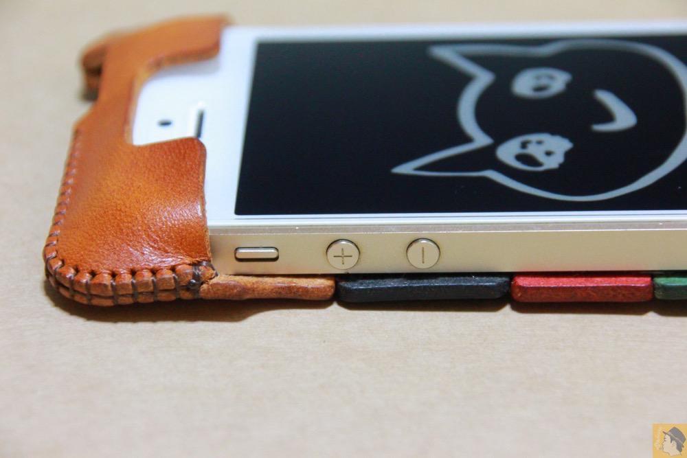 音量調整ボタン・マナーモード切替えスイッチ - トリコロール柄のabicase(アビケース)、計算された革幅の縫い継ぎ / iPhone 5/5s [レビュー 17/40]
