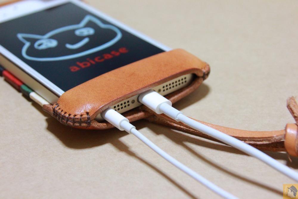 充電ケーブル・イヤフォン - トリコロール柄のabicase(アビケース)、計算された革幅の縫い継ぎ / iPhone 5/5s [レビュー 17/40]