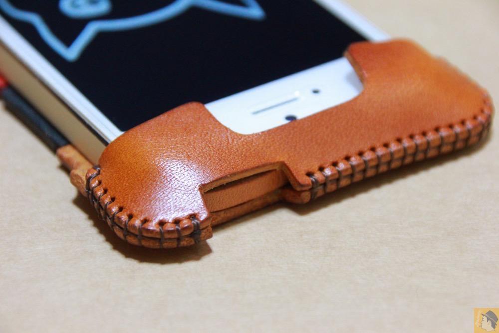 電源ボタン・ロックボタン - トリコロール柄のabicase(アビケース)、計算された革幅の縫い継ぎ / iPhone 5/5s [レビュー 17/40]
