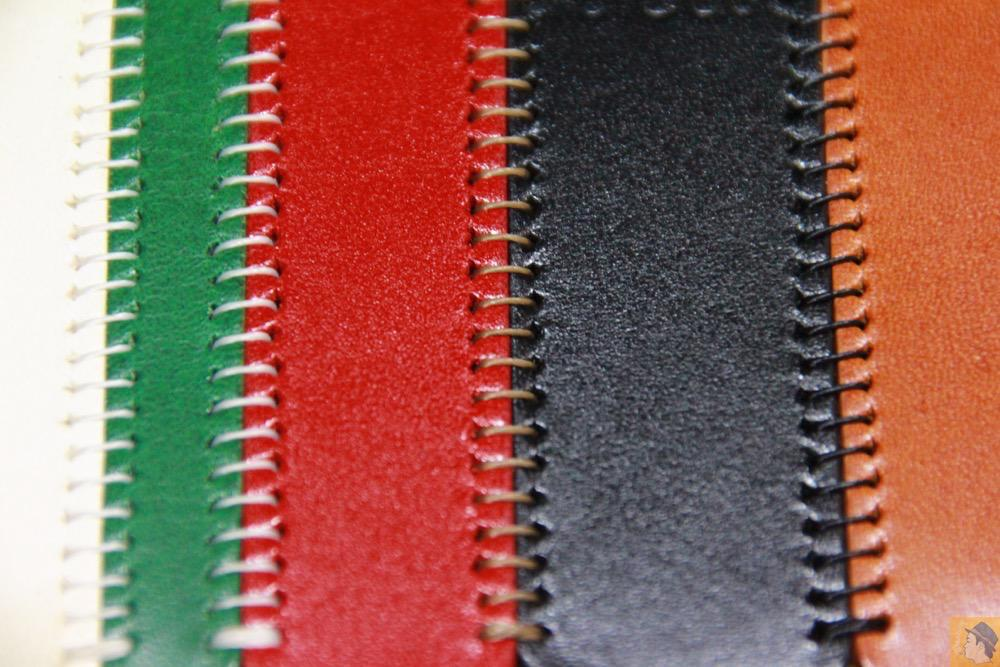 1つひとつが手縫い - トリコロール柄のabicase(アビケース)、計算された革幅の縫い継ぎ / iPhone 5/5s [レビュー 17/40]