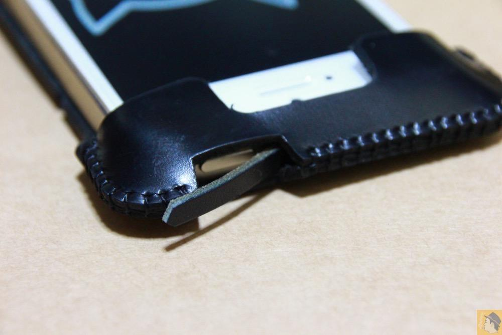 棒状の革の設置方法1 - ボタンが更に押しやすくなったabicase(アビケース)、押す位置を分かりやすくするためデザインに工夫 / iPhone 5/5s [レビュー 20/40]