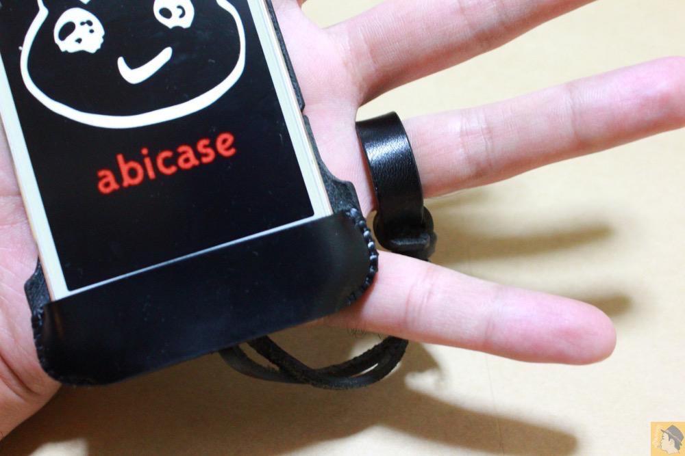 すストラップ - ボタンが更に押しやすくなったabicase(アビケース)、押す位置を分かりやすくするためデザインに工夫 / iPhone 5/5s [レビュー 20/40]