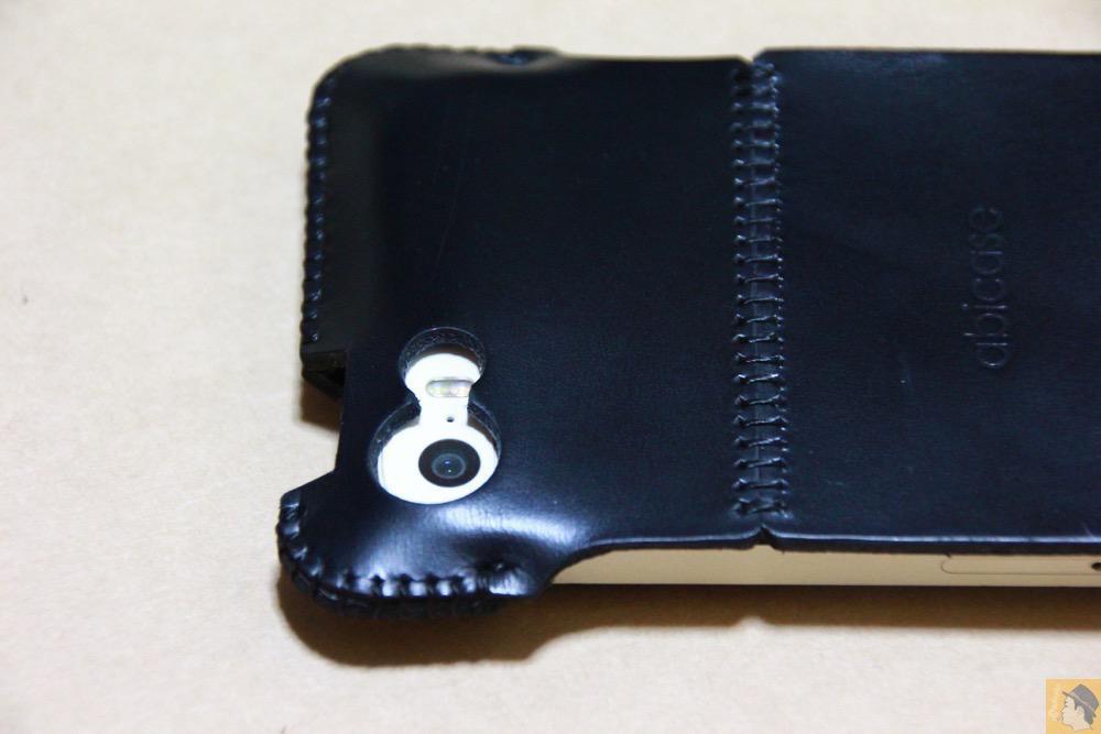 カメラ穴 - ボタンが更に押しやすくなったabicase(アビケース)、押す位置を分かりやすくするためデザインに工夫 / iPhone 5/5s [レビュー 20/40]