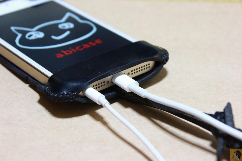 充電ケーブル・イヤフォン - ボタンが更に押しやすくなったabicase(アビケース)、押す位置を分かりやすくするためデザインに工夫 / iPhone 5/5s [レビュー 20/40]