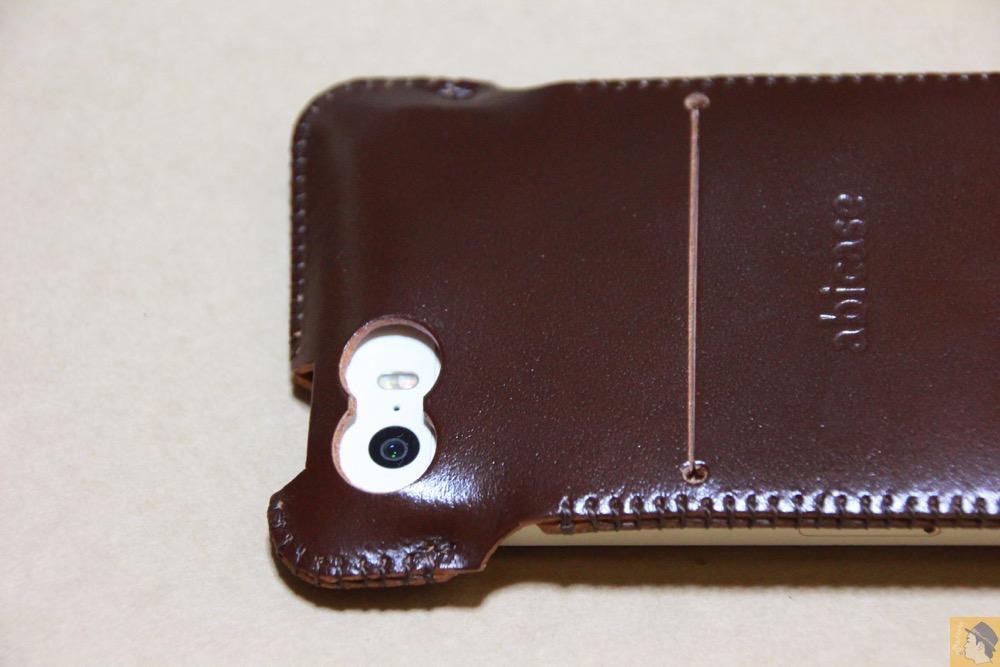 カメラ穴 - 贅沢にコードバンを使用したabicae(アビケース)。希少性高い革・革の王様・革のダイヤモンドと呼ばれる革 / iPhone 5/5s [レビュー 24/40]