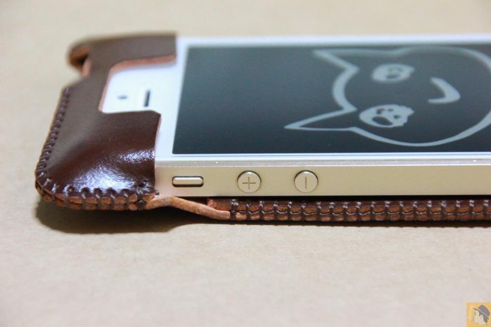音量調整ボタン・マナーモード切替えスイッチ - 贅沢にコードバンを使用したabicae(アビケース)。希少性高い革・革の王様・革のダイヤモンドと呼ばれる革 / iPhone 5/5s [レビュー 24/40]