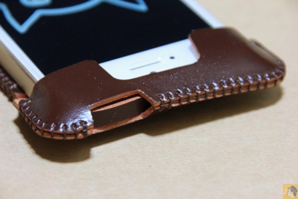 電源ボタン・ロックボタン - 贅沢にコードバンを使用したabicae(アビケース)。希少性高い革・革のダイヤモンドと呼ばれる革 / iPhone 5/5s [レビュー 24/40]