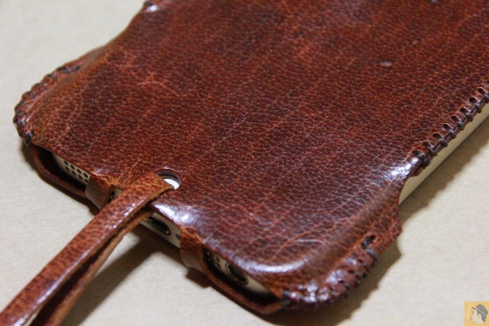 背面下部 - 後にも先にもない鹿革のabicase(アビケース)、心がくすぐられる個性的な銀面が魅力 / iPhone 5/5s [レビュー 27/40]