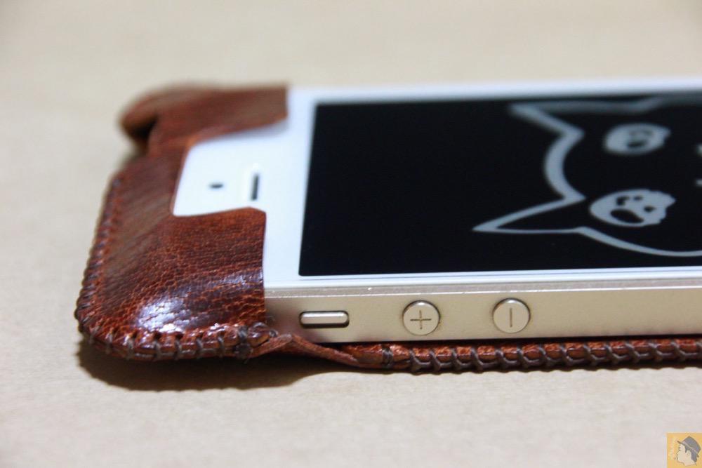音量調整ボタン・マナーボタン切替えスイッチ - 後にも先にもない鹿革のabicase(アビケース)、心がくすぐられる個性的な銀面が魅力 / iPhone 5/5s [レビュー 27/40]