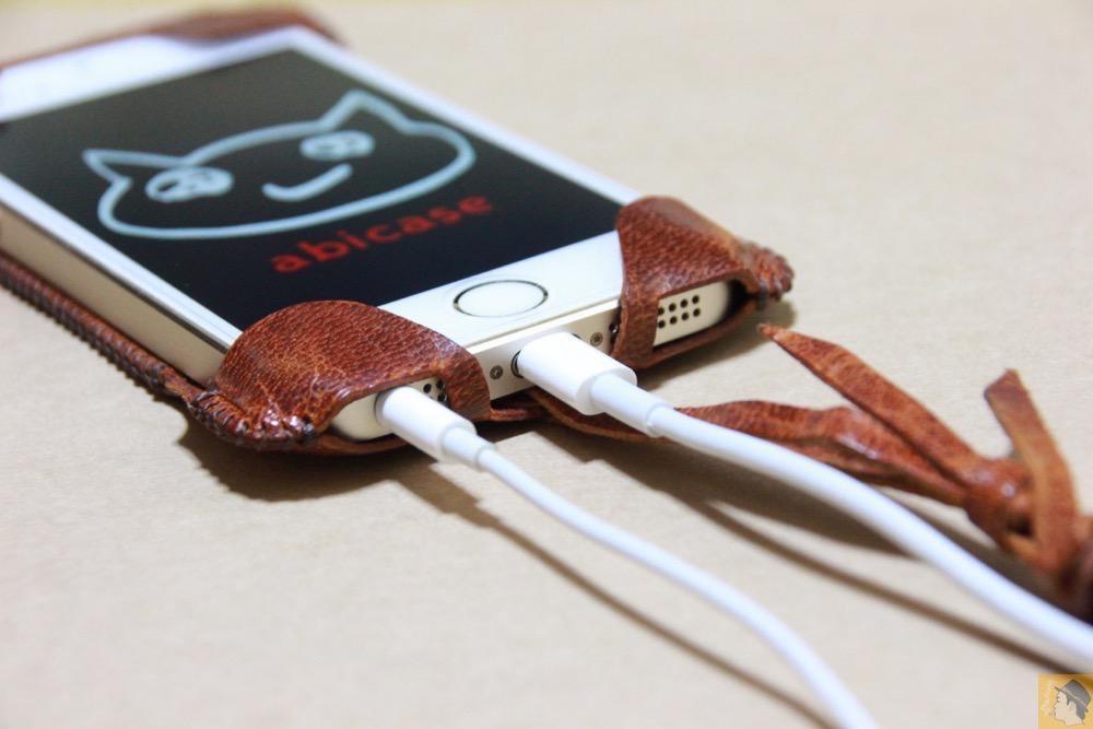 充電ケーブル・イヤフォン - 後にも先にもない鹿革のabicase(アビケース)、心がくすぐられる個性的な銀面が魅力 / iPhone 5/5s [レビュー 27/40]