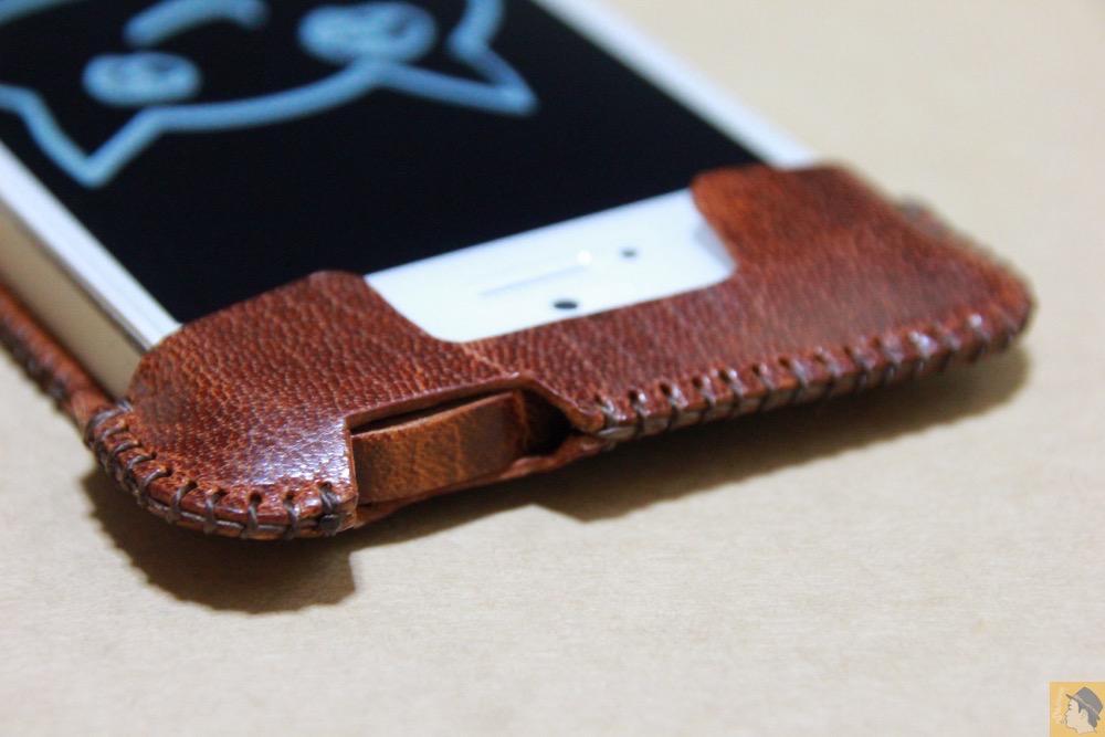 電源ボタン・ロックボタン - 後にも先にもない鹿革のabicase(アビケース)、心がくすぐられる個性的な銀面が魅力 / iPhone 5/5s [レビュー 27/40]