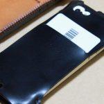 珍しいタイプのabicase(アビケース)ウォレットジャケット、1枚革でカード収納が出来る / iPhone 5/5s [レビュー 21/40]