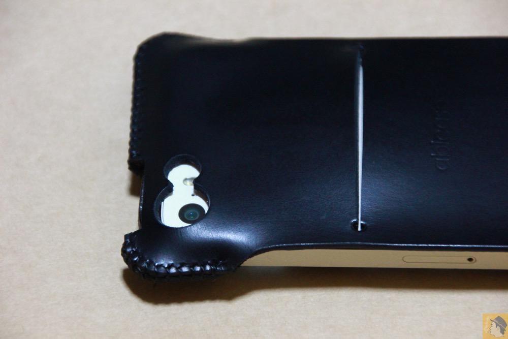 カメラ穴 - 珍しいタイプのabicase(アビケース)ウォレットジャケット、1枚革でカード収納が出来る / iPhone 5/5s [レビュー 21/40]