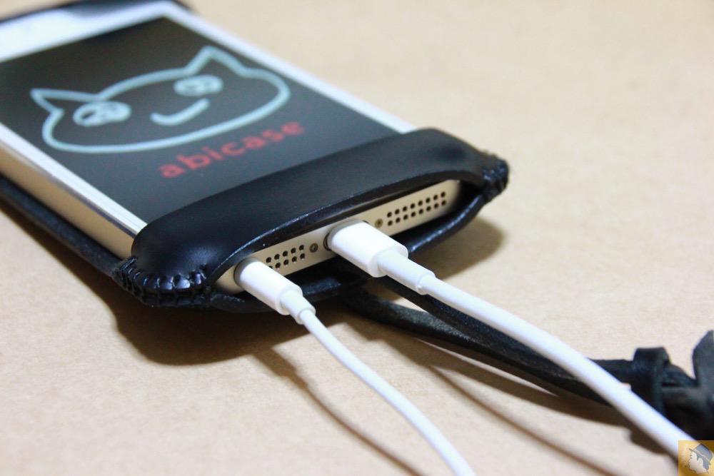 充電ケーブル・イヤフォン - 珍しいタイプのabicase(アビケース)ウォレットジャケット、1枚革でカード収納が出来る / iPhone 5/5s [レビュー 21/40]