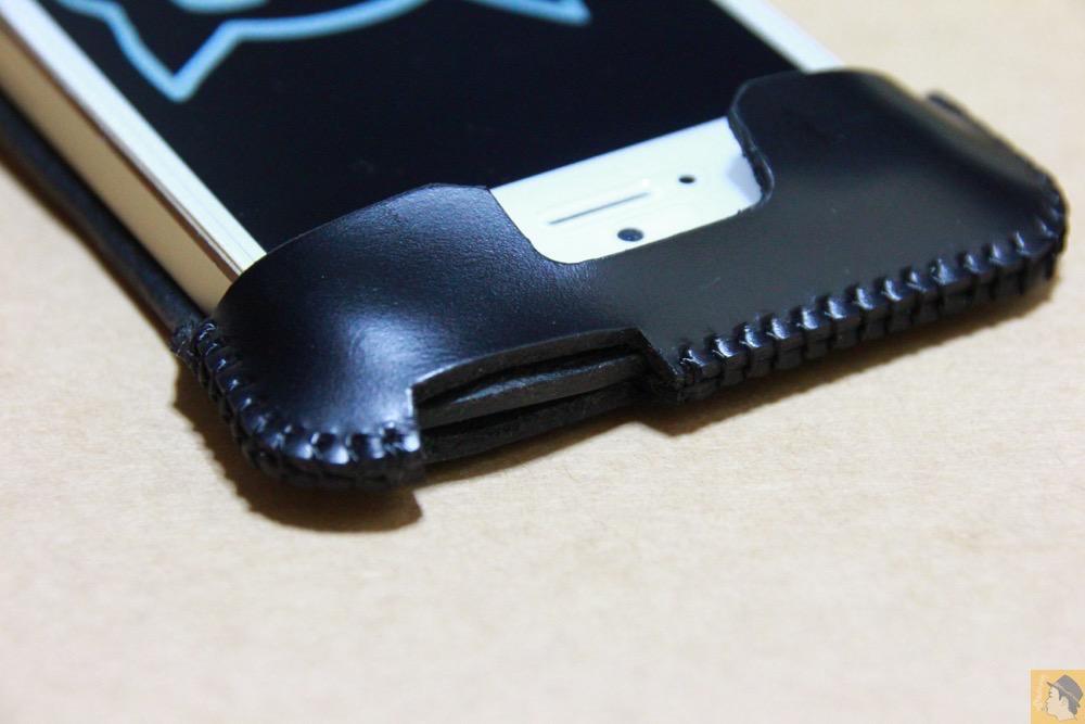 電源ボタン・ロックボタン - 珍しいタイプのabicase(アビケース)ウォレットジャケット、1枚革でカード収納が出来る / iPhone 5/5s [レビュー 21/40]