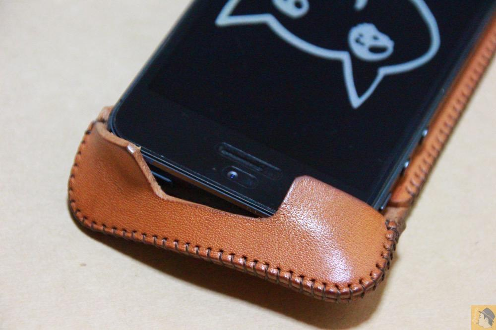 コツが必要な装着方法4 - 指紋認証対応abicase(アビケース)はコツ要らずでiPhone装着が出来る。そして現在にも受け継がれているデザイン / iPhone 5/5s [レビュー 23/40]